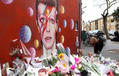 (160112) -- LONDRES, enero 12, 2016 (Xinhua) -- Una seguidora deposita flores en un mural de David Bowie, en Brixton, en el sur de Lodres, Reino Unido, el 12 de enero de 2016. (Xinhua/Han Yan) (jg) (ah)