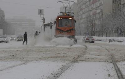 (160117) -- BUCAREST, enero 17, 2016 (Xinhua) -- Un tranvía se abre paso entre la nieve durante una tormenta de nieve en Bucarest, Rumania, el 17 de enero de 2016. (Xinhua/Gabriel Petrescu) (jp) (fnc)