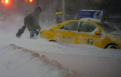 (160123) -- NUEVA YORK, enero 23, 2016 (Xinhua) -- Un peatón camina sobre la nieve en el condado de Queens, Nueva York, Estados Unidos de América, el 23 de enero de 2016. De acuerdo con información de la prensa local, el gobernador de Nueva York, Andrew Cuomo, anunció el sábado una orden de prohibición de viajes en la ciudad de Nueva York. Según la prohibición, todos los vehículos que no sean de emergencia deberán estar fuera de las calles después de las 2:30 p.m. Tiempo del Este. El alcalde de la ciudad de Nueva York Bill de Blasio, dijo en conferencia de prensa que la policía hará cumplir la prohibición e instó a los teatros y restaurantes de Broadway a cerrar inmediatamente. (Xinhua/Wang Lei) (jp) (fnc)