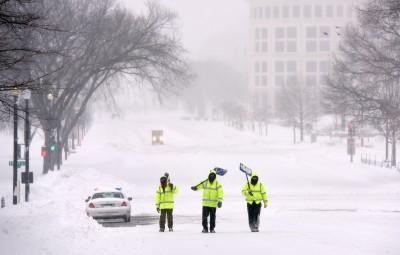 (160123) -- WASHINGTON D.C., enero 23, 2016 (Xinhua) -- Trabajadores retiran la nieve cerca del Capitolio, en Washington D.C., capital de Estados Unidos de América, el 23 de enero de 2016. Más de 43cm de nieve fueron reportados el sábado por la mañana en Washington D.C., mientras que la tormenta de nieve se mantendrá hasta la media noche. (Xinhua/Yin Bogu) (jg) (vf)