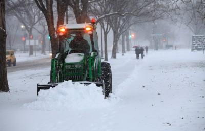 (160122) -- WASHINGTON D.C., enero 22, 2016 (Xinhua) -- Una máquina retira la nieve cerca del Monumento a Washington, en Washington D.C., Estados Unidos de América, el 22 de enero de 2016. Washington D.C. y otros cinco estados de Estados Unidos de América, junto con la Costa Este del país norteamericano, declararon el jueves el estado de emergencia, con la región preparándose para una tormenta de nieve histórica que se espera deje más de 60 centímetros de nieve a su paso este fin de semana. Mientras tanto, las principales aerolíneas han comenzado a cancelar vuelos para el viernes y el sábado. Según FlightAware, un página web de seguimiento de vuelos, se espera que se cancelen 2,000 vuelos del viernes y 3,000 del sábado. (Xinhua/Zhou Erjie) (jp) (sp)