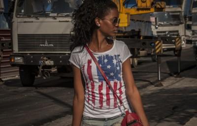 (160316) -- LA HABANA, marzo 16, 2016 (Xinhua) -- Una mujer porta una camiseta con los colores de la bandera estadounidense, en La Habana, Cuba, el 16 de marzo de 2016. La visita que realizará el presidente estadounidense Barack Obama a Cuba el 21 de marzo, abre una nueva época en las relaciones entre América Latina y Estados Unidos de América. Será la primera estadía en La Habana, en 88 años, de un gobernante estadounidense, la cual consolida el actual proceso de normalización de relaciones entre ambos vecinos, tras décadas de desencuentros y confrontación política. (Xinhua/Joaquín Hernández) (jh) (fnc) (ah)