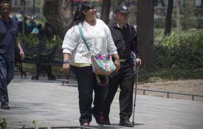(160407) -- CIUDAD DE MEXICO, abril 7, 2016 (Xinhua) -- Residentes caminan en la Ciudad de México, capital de México, el 7 de abril de 2016. De acuerdo con información de la prensa local, en México alrededor del 70 por ciento de las personas adultas tiene obesidad o sobrepeso y el país registra la mayor cantidad de muertes por diabetes en América Latina, según un estudio de la Organización Mundial de la Salud. En su mensaje para conmemorar el Día Mundial de la Salud, el secretario general de la Organización de las Naciones Unidas (ONU), Ban Ki-moon, dijo el jueves que la diabetes causa cerca de millón y medio de muertes al año y exhortó a que se adopten estilos de vida más saludables. (Xinhua/Alejandro Ayala) (aa) (fnc) (sp)