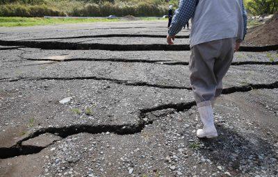 (160417) -- KUMAMOTO, abril 17, 2016 (Xinhua) -- Un residente camina frente a una autopista dañada después de un sismo en Minami-Aso, en la prefectura de Kumamoto, en el suroeste de Japón, el 17 de abril de 2016. Un sismo de magnitud de 7.3 grados sacudió la isla de Kyushu, en el suroeste de Japón, el sábado por la mañana, un día antes de que una réplica afectará la región incrementando el número de víctimas a 41, de acuerdo con las últimas cifras del domingo. (Xinhua/Liu Tian) (rtg)