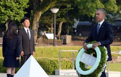 (160527) -- HIROSHIMA, mayo 27, 2016 (Xinhua) -- El presidente de Estados Unidos de América, Barack Obama (d), deposita una ofrenda floral frente al Cenotafio durante su visita al Parque Memorial de la Paz de Hiroshima, en Hiroshima, Japón, el 27 de mayo de 2016. Barack Obama se convirtió el viernes en el primer presidente estadounidense en ejercicio en visitar Hiroshima desde que Estados Unidos de América dejó caer una bomba atómica sobre la ciudad hace 71 años, removiendo sentimientos encontrados entre Estados Unidos de América, Japón y los países víctimas durante la Segunda Guerra Mundial. (Xinhua/Ma Ping) (jg) (fnc)