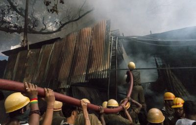 (160526) -- CALCUTA, mayo 26, 2016 (Xinhua) -- Bomberos indios trabajan en la extinción de un incendio en una fábrica en el sur de Calcuta, capital del estado de Bengala Occidental, en el este de india, el 26 de mayo de 2016. No se ha informado de víctimas hasta el momento en el incendio ocurrido el jueves en la fábrica. (Xinhua/Tumpa Mondal) (jg) (ah)