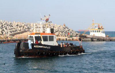 (160525) -- ZAWIYAH, mayo 25, 2016 (Xinhua) -- Migrantes llegan a una embarcación luego de ser rescatados en Sabratha en su intento por cruzar a Europa en bote, en el puerto de Zawiyah, una base naval a 45km al oeste de Tripolí, capital de Libia, el 24 de mayo de 2016. (Xinhua/Hamza Turkia) (vf)