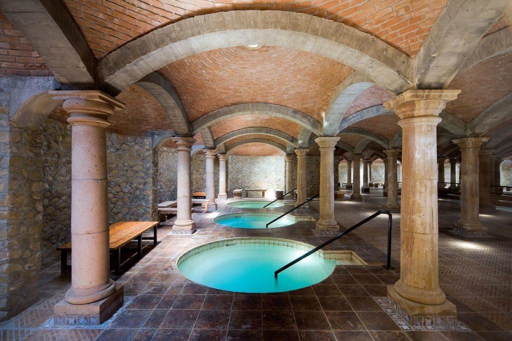 Los mejores hoteles con aguas termales en m xico el for Hoteles con habitaciones en el agua