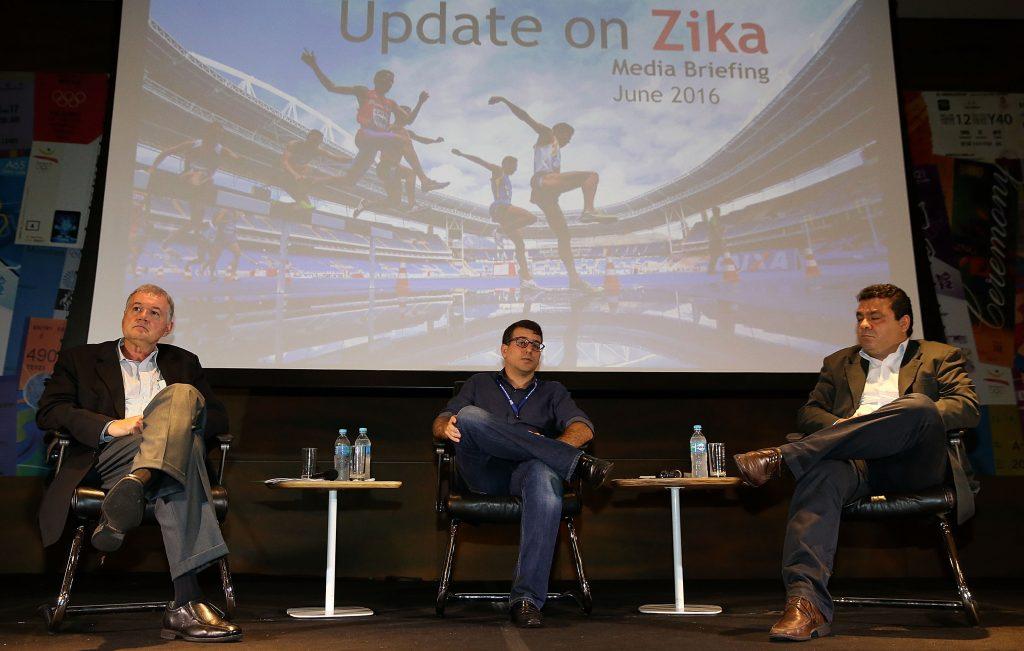 (160607) -- RIO DE JANEIRO, junio 7, 2016 (Xinhua) -- El director médico de los Juegos Olímpicos de Río 2016, Joao Grangeiro (i), el secretario municipal de Salud de Río de Janeiro, Daniel Soranz (c) y el subsecretario de Salud del estado de Río de Janeiro, Alexandre Chieppe (d), participan durante una conferencia de prensa sobre el virus del zika, en la sede del comité organizador de los Juegos Olímpicos de Río 2016, en la ciudad de Río de Janeiro, Brasil, el 7 de junio de 2016. El comité organizador de los Juegos Olímpicos de Río 2016 descartó el martes, a menos de dos meses para el inicio de las competencias, el riesgo de contagio del virus zika para atletas y espectadores. (Xinhua/Li Ming) (jp) (da)