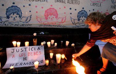 G0508964.JPG MEXICO, D.F.- Guardería-Protesta.- Decenas de personas se manifestaron frente a las instalaciones del Instituto Mexicano del Seguro Social en demanda de justicia por la muerte de los niños de la guardería ABC de Hermosillo. RCC. Foto Agencia EL UNIVERSAL/Raúl Estrella