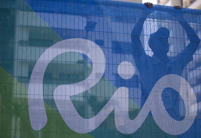 (160724) -- RIO DE JANEIRO, julio 24, 2016 (Xinhua) -- Un empleado observa la ceremonia de inauguración de la Villa Olímpica de los Juegos Olímpicos de Río 2016, en Río de Janeiro, Brasil, el 24 de julio de 2016. La ceremonia de inauguración de la Villa Olímpica se llevó a cabo el domingo en Río de Janeiro. (Xinhua/Fei Maohua) (vf) (ah)