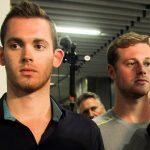 (160818) -- RIO DE JANEIRO, agosto 18, 2016 (Xinhua) -- Los nadadores Gunnar Bentz (i) y Jack Conger (d), de Estados Unidos de América, se retiran de una estación de policía en el Aeropuerto Internacional de Galeao, en Río de Janeiro, Brasil, el 18 de agosto de 2016. Cuatro nadadores olímpicos estadounidenses fueron acusados de vandalismo en una gasolinera luego de que surgieran dudas sobre el robo que supuestamente sufrieron en Río de Janeiro. El propietario de la gasolinera, declaró que Ryan Lochte, James Feigen, Gunnar Bentz y Jack Conger orinaron en las instalaciones a pesar de que se les pidió que usaran el retrete. Los nadadores dijeron que fueron asaltados a mano armada el domingo en la mañana después de que el taxi en que viajaban fuera detenido por ladrones que se hicieron pasar por policías. El miércoles, un juez brasileño prohibió a los nadadores salir del país debido a las versiones contradictorias sobre el incidente. Lochte ya había regresado a Estados Unidos de América, pero la policía federal impidió que Bentz y Conger abordaran el avión en el aeropuerto internacional de Río de Janeiro el miércoles en la noche. (Xinhua/Broadimage/Rex Shutterstock) (da) (ce) ***DERECHOS DE USO UNICAMENTE PARA NORTE Y SUDAMERICA***