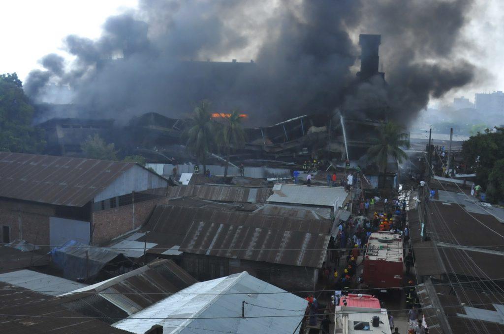 (160910) -- DHAKA, septiembre 10, 2016 (Xinhua) -- Vista del lugar donde se registró la explosión en una fábrica de envases, en Tongi en las afueras de Dhaka, Bangladesh, el 10 de septiembre de 2016. Al menos 20 personas murieron y docenas resultaron heridas cuando la explosión de una caldera resultó en un incendio devastador en una fábrica de envases en Tongi en las afueras de la capital Dhaka de Bangladesh el sábado por la mañana, informó la policía. (Xinhua/Jibon Ahsan) (jg) (vf)