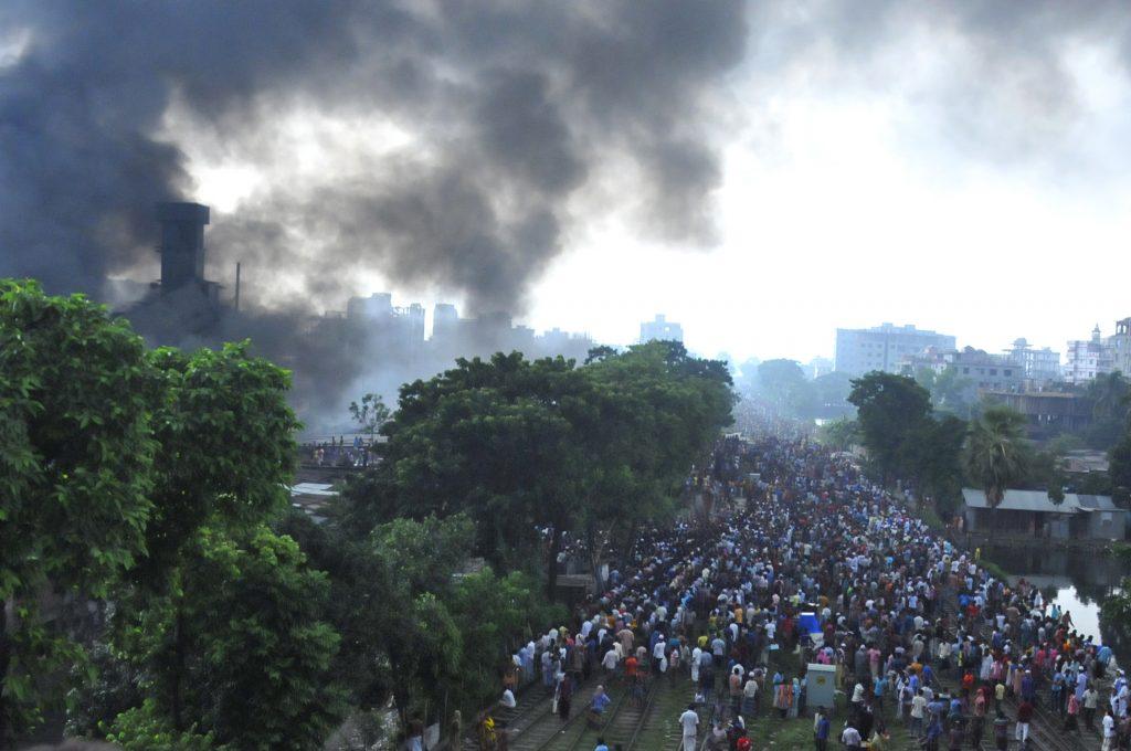 (160910) -- DHAKA, septiembre 10, 2016 (Xinhua) -- Personas se reúnen en torno al lugar donde se registró la explosión en una fábrica de envases, en Tongi en las afueras de Dhaka, Bangladesh, el 10 de septiembre de 2016. Al menos 20 personas murieron y docenas resultaron heridas cuando la explosión de una caldera resultó en un incendio devastador en una fábrica de envases en Tongi en las afueras de la capital Dhaka de Bangladesh el sábado por la mañana, informó la policía. (Xinhua/Jibon Ahsan) (jg) (vf)