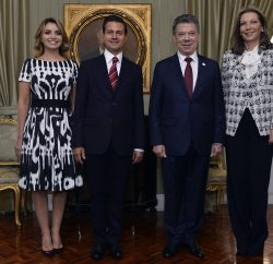 (161027) -- BOGOTA, octubre 27, 2016 (Xinhua) -- Imagen cedida por Presidencia de Colombia, del presidente colombiano, Juan Manuel Santos (2-d), acompañado por su esposa, María Clemencia Rodríguez (d), posando con el presidente mexicano, Enrique Peña Nieto (2-i), y su esposa, Angélica Rivera (i), en la Casa de Nariño en Bogotá, capital de Colombia, el 27 de octubre de 2016. El presidente de México, Enrique Peña Nieto, se encuentra en Colombia en una visita de Estado, y para participar en la XXV Cumbre de jefes de Estado y de Gobierno de la Conferencia Iberoamericana, de acuerdo con información de la prensa local. (Xinhua/Efraín Herrera/Presidencia de Colombia) (jg) (ah)