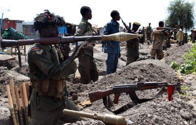 (161017) -- MALAKAL, octubre 17, 2016 (Xinhua) -- Imagen del 16 de octubre de 2016, de tropas gubernamentales posicionándose en el campo de batalla cercano a la ciudad de Malakal, en el norte de Sudán del Sur. De acuerdo con un portavoz de la milicia, nuevos enfrentamientos en Malakal, entre fuerzas gubernamentales y fuerzas de la oposición, provocaron la muerte de al menos 56 personas durante el fin de semana. (Xinhua/Gale Julius) (ma) (ah)