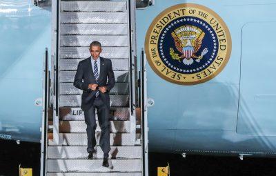 (161116) -- BERLIN, noviembre 16, 2016 (Xinhua) -- El presidente de Estados Unidos de América, Barack Obama, desciende de la escalinata del avión Air Force One a su llegada al Aeropuerto Tegel en Berlín, capital de Alemania, el 16 de noviembre de 2016. El presidente estadounidense, Barack Obama, llegó a Berlín el miércoles y se reunirá el jueves con la calciller alemana, Angela Merkel. (Xinhua/Shan Yuqi) (jg) (fnc)