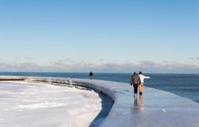 (161219) -- CHICAGO, diciembre 19, 2016 (Xinhua) -- Personas caminan en la orilla congelada del Lago Michigan en Chicago, Estados Unidos de América, el 18 de diciembre de 2016. La temperatura más alta de Chicago se situó el domingo en menos 11 grados centígrados y las más baja en menos 23. (Xinhua/Ting Shen) (ah)