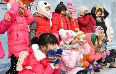 (170104) -- HEILOGJIANG, enero 4, 2017 (Xinhua) -- Niños visitan el Parque Zhaolin durante el 43 Carnaval de la Linterna de Hielo de Harbin, en Harbin, capital de la provincia de Heilongjiang, en el noreste de China, el 4 de enero de 2017. Unos 200 hijos de trabajadores migrantes visitaron el parque para experimentar la diversión del invierno. (Xinhua/Wang Song) (jg) (vf)