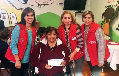 DIF municipal entrega apoyos económicos a personas discapacitadas