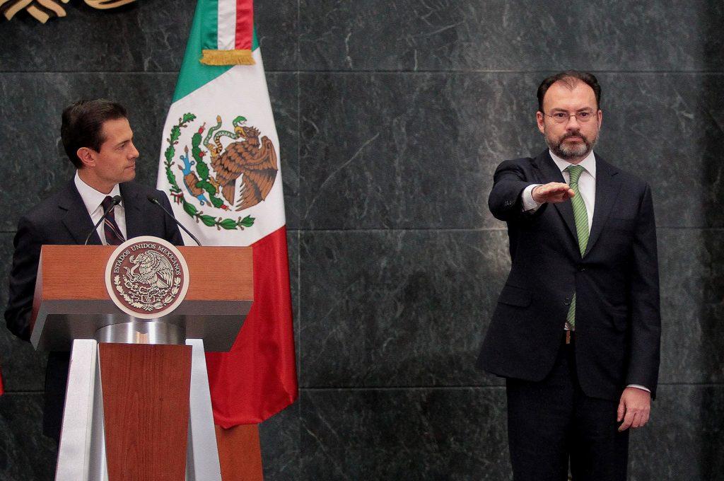 (170104) -- CIUDAD DE MEXICO, enero 4, 2017 (Xinhua) -- El presidente de México, Enrique Peña Nieto (i), toma protesta al entrante canciller mexicano, Luis Videgaray Caso (d) durante un mensaje ante los representantes de los medios de comunicación, en la Residencia Oficial de los Pinos, en la Ciudad de México, capital de México, el 4 de enero de 2017. El presidente de México, Enrique Peña Nieto, nombró el miércoles al ex secretario de Hacienda, Luis Videgaray, como nuevo canciller, en sustitución de Claudia Ruiz Massieu. En un mensaje a la prensa desde la residencia oficial de Los Pinos, el mandatario afirmó que el nuevo canciller tendrá entre sus tareas la de acelerar el diálogo y contactos necesarios para establecer relaciones de trabajo óptimas con el nuevo gobierno estadounidense. El mandatario también nombró a la directora del Instituto Nacional de Bellas Artes (INBA), María Cristina García Cepeda, como secretaria de Cultura, para cubrir el lugar que dejó el recién fallecido Rafael Tovar y de Teresa. (Xinhua/Str) (jg) (vf)