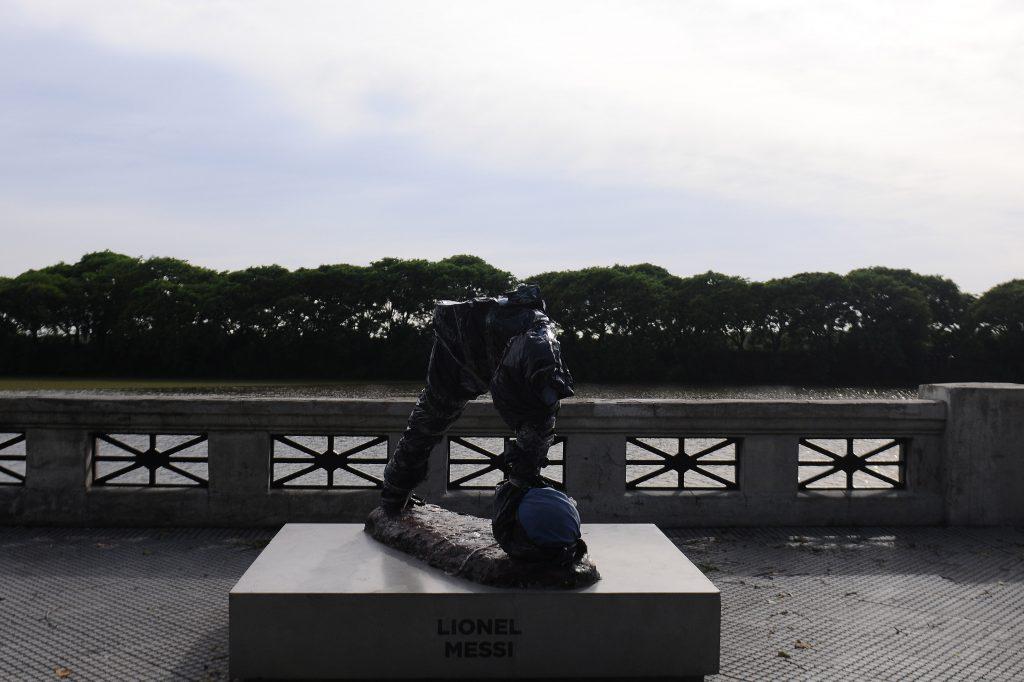 (170110) -- BUENOS AIRES, enero 10, 2017 (Xinhua) -- Vista de la estatua del futbolista argentino Lionel Messi destrozada, en Buenos Aires, Argentina, el 10 de enero de 2017. Una estatua del astro argentino del fútbol Lionel Messi fue destrozada por desconocidos en un paseo ubicado en la zona sur de la ciudad de Buenos Aires. La obra, que había sido inaugurada en junio de 2016 en el Paseo de la Gloria, en la zona de la Costanera Sur, barrio capitalino de Puerto Madero, quedó partida a la mitad ya que los vándalos le cortaron la parte de la cabeza y los brazos. La figura dañada mostraba a Messi, de 29 años, con la camiseta de la selección argentina, en plena carrera con el balón dominado. (Xinhua/Gustavo Amarelle/TELAM) (tl) (jg) (ah)