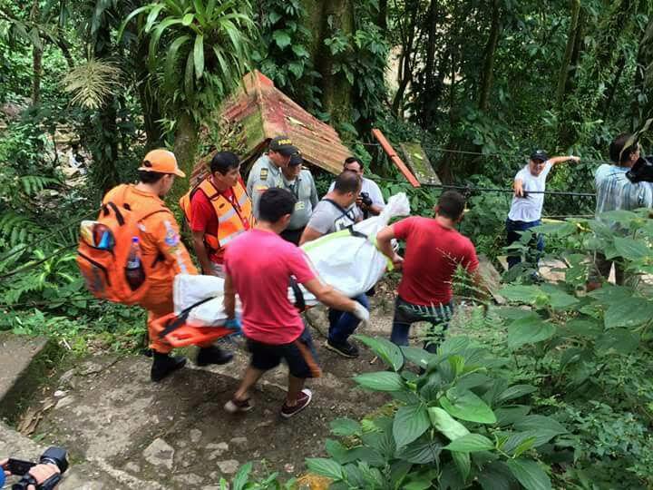 (170109) -- VILLAVICENCIO, enero 9, 2017 (Xinhua) -- Rescatistas trasladan un cuerpo en el lugar donde colapsó un puente colgante, en Villavicencio, capital del departamento del Meta, Colombia, el 9 de enero de 2017. De acuerdo con información de la prensa local, el colpaso de un puente colgante en la vereda El Carmen, en Villavicencio, dejó un saldo de al menos 7 personas muertas y 15 heridas, según reportes de las autoridades locales. (Xinhua/COLPRENSA) (cp) (da) (ce) ***CREDITO OBLIGATORIO*** ***NO ARCHIVO-NO VENTAS*** ***SOLO USO EDITORIAL*** ***PROHIBIDO SU USO EN COLOMBIA*** ***MAXIMA CALIDAD DE ORIGEN***