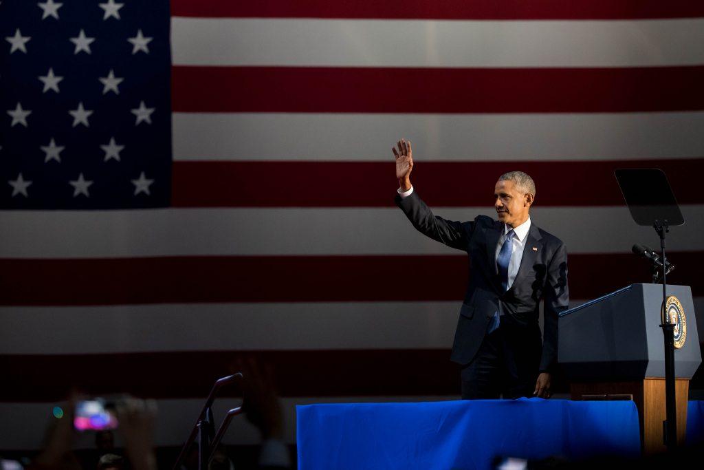 (170111) -- CHICAGO, enero 11, 2017 (Xinhua) -- El presidente estadounidense, Barack Obama, saluda a la audiencia previo a su discurso de despedida en Chicago, estado de Illinois, Estados Unidos de América, el 10 de enero de 2017. (Xinhua/Shen Ting) (vf)