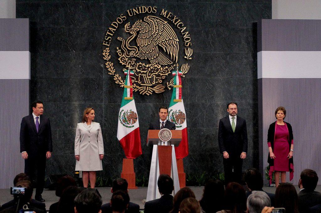 (170104) -- CIUDAD DE MEXICO, enero 4, 2017 (Xinhua) -- El presidente de México, Enrique Peña Nieto (c), ofrece un mensaje ante los representantes de los medios de comunicación, en la Residencia Oficial de los Pinos, en la Ciudad de México, capital de México, el 4 de enero de 2017. El presidente de México, Enrique Peña Nieto, nombró el miércoles al ex secretario de Hacienda, Luis Videgaray, como nuevo canciller, en sustitución de Claudia Ruiz Massieu. En un mensaje a la prensa desde la residencia oficial de Los Pinos, el mandatario afirmó que el nuevo canciller tendrá entre sus tareas la de acelerar el diálogo y contactos necesarios para establecer relaciones de trabajo óptimas con el nuevo gobierno estadounidense. El mandatario también nombró a la directora del Instituto Nacional de Bellas Artes (INBA), María Cristina García Cepeda, como secretaria de Cultura, para cubrir el lugar que dejó el recién fallecido Rafael Tovar y de Teresa. (Xinhua/Str) (jg) (vf)