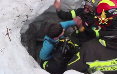(170120) -- ABRUZZO, enero 20, 2017 (Xinhua) -- Imagen tomada de un video del Cuerpo de Bomberos, de rescatistas sacando a una persona del Hotel Rigopiano luego de una avalancha ocurrida después de un sismo en un área montañosa en la región de Abruzzo, en el centro de Italia, el 20 de enero de 2017. De acuerdo con información de la prensa local, luego de que ocurrió una avalancha de nieve producida por un tereremoto que sepultó el hotel Rigopiano en el centro de Italia, los equipos de rescate han encontrado hasta el momento a ocho personas con vida. La región de Abruzzo, al este de Roma, fue golpeada en meses recientes por tres series separadas de intensos sismos desde agosto del año pasado. (Xinhua/Imago/ZUMAPRESS) (jg) (fnc) ***DERECHOS DE USO UNICAMENTE PARA NORTE Y SUDAMERICA***
