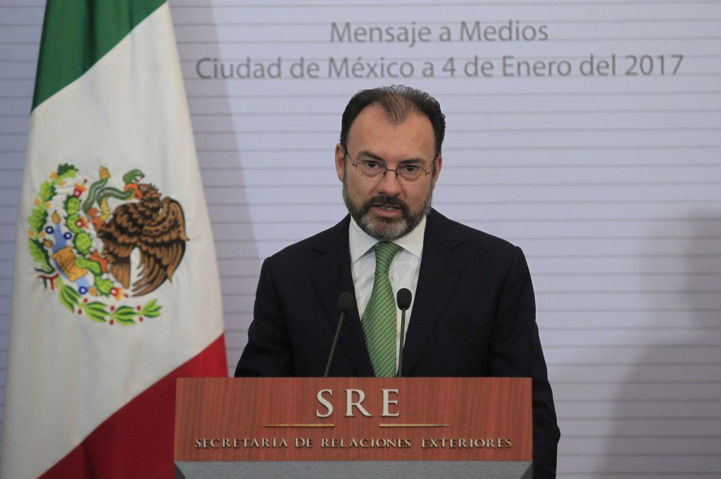 (170104) -- CIUDAD DE MEXICO, enero 4, 2017 (Xinhua) -- El recién nombrado secretario de Relaciones Exteriores mexicano, Luis Videgaray, pronuncia un discurso durante una conferencia en la sede de la Cancillería mexicana, en la Ciudad de México, capital de México, el 4 de enero de 2017. El presidente de México, Enrique Peña Nieto, nombró el miércoles al ex secretario de Hacienda, Luis Videgaray, como nuevo canciller, en sustitución de Claudia Ruiz Massieu. En un mensaje a la prensa desde la residencia oficial de Los Pinos, el mandatario afirmó que el nuevo canciller tendrá entre sus tareas la de acelerar el diálogo y contactos necesarios para establecer relaciones de trabajo óptimas con el nuevo gobierno estadounidense. (Xinhua/Str) (da) (fnc)