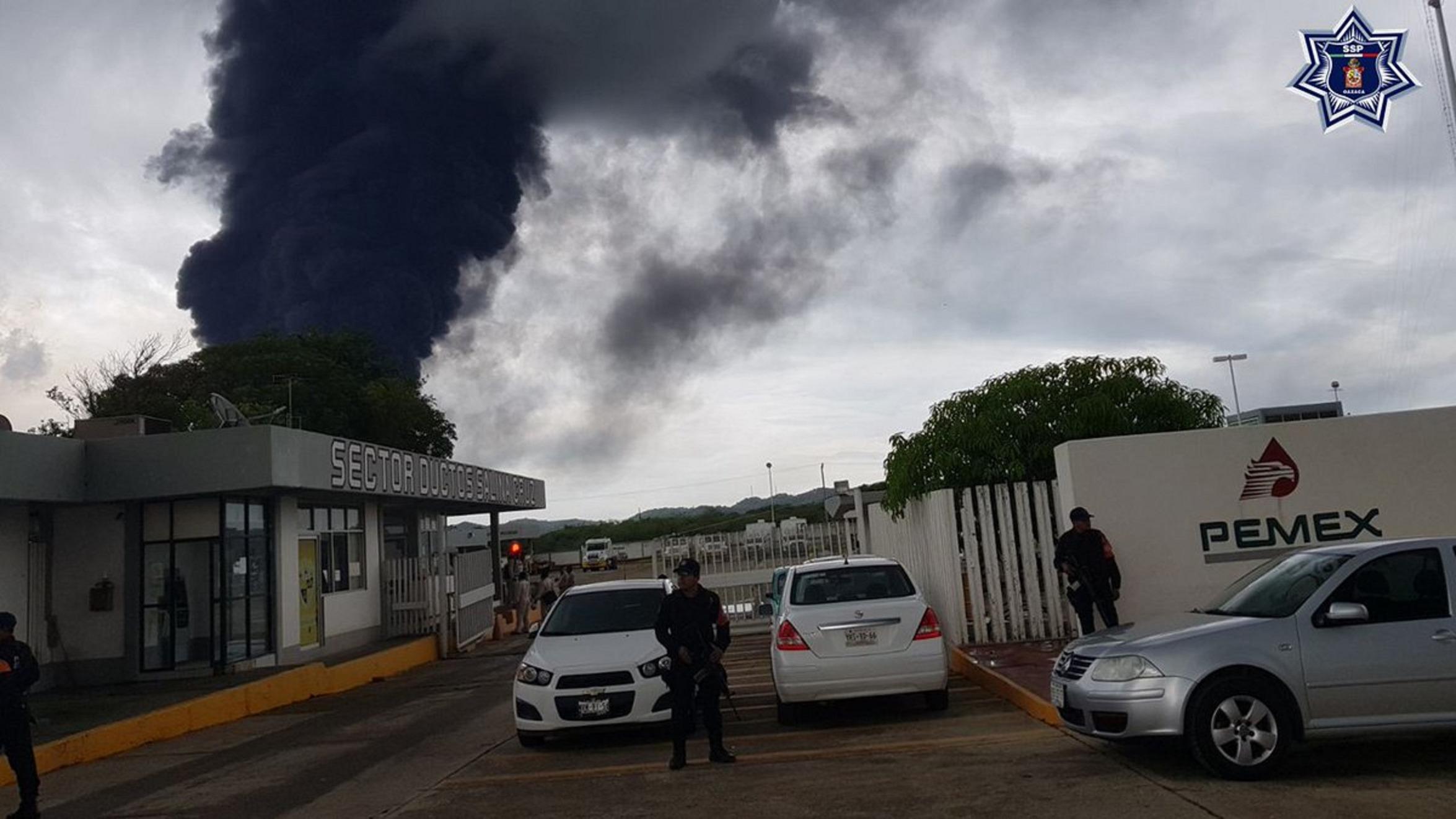 Fallece bombero durante combate a incendio en refinería de Pemex en Oaxaca